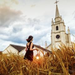 教堂,油灯和少女